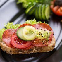 Paprikás szalámis szendvics